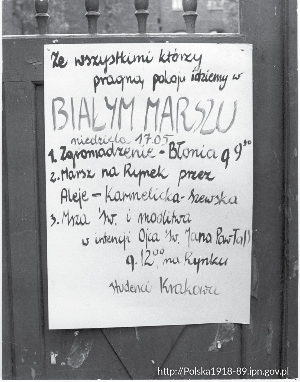 [Obrazek: bialy-marsz-w-krakowie.-karton-z-ogloszeniem,2437.jpg]